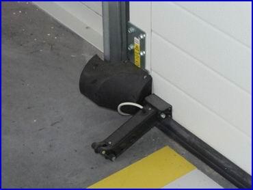 DITEC ipari kapu zuhanásgátló burkolattal és előfutó biztonsági fotocella