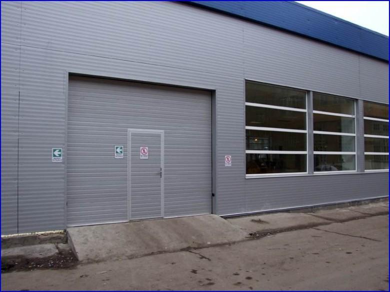 Az épület színéhez harmonikusan illeszkedő ipari kapu a Greensolar Kft-nél