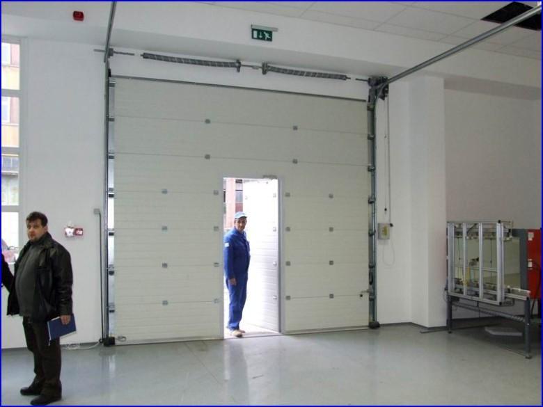 Ipari kapu alacsony küszöbös ajtóval