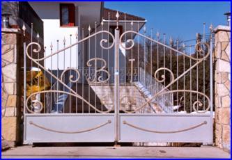 Kovácsoltvas szárnyas kapu