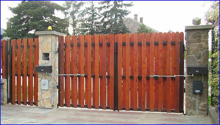 Csuklókaros kapumozgató kétszárnyú deszkázott kapun