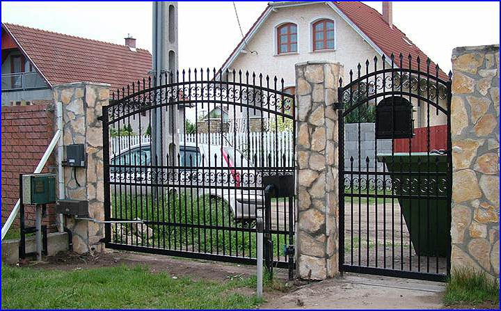 Csuklókaros kapumozgató egyszárnyú kovácsoltvas kapun