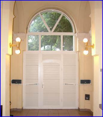 Csuklókaros kapumozgató automatika paneles kapun