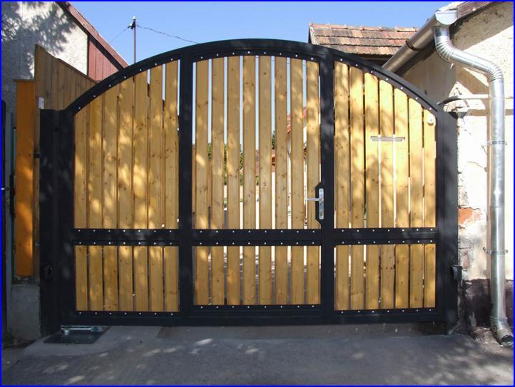 Egyszárnyú kapu beépített kiskapuval, süllyesztett kapunyitóval