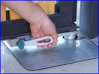 Süllyesztett kapunyitó körmös kulcsos kioldása áramkimaradás esetén