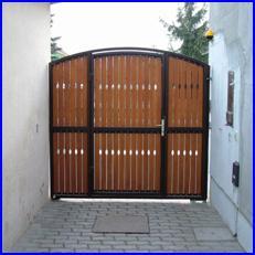 Egyszárnyú kapu és süllyesztett kapunyitó speciálisan szűk helyen felszerelve