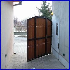 Süllyesztett kapunyitó nyitás közben