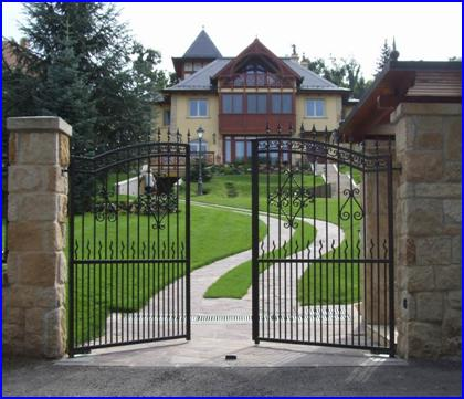 Süllyesztett kapunyitó kovácsoltvas kapun