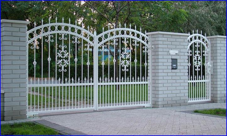 Süllyesztett kapunyitó kovácsoltvas kapun mutat legjobban