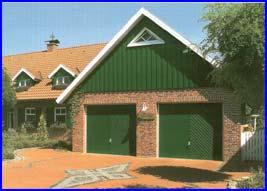 Hörmann garázskapuk az épülethez harmonikusan illeszkedő egyedi zöld festéssel