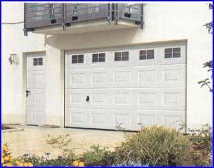 Hörmann garázskapu hőszigetelt ablakokkal és mellékajtóval