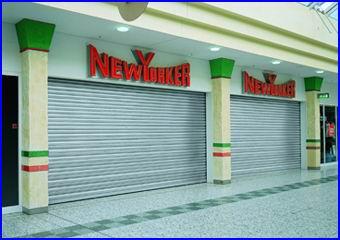 A Teckentrup redőnykapu a kereskedelemben is alkalmazható üzletek portáljának biztonságos lezárására