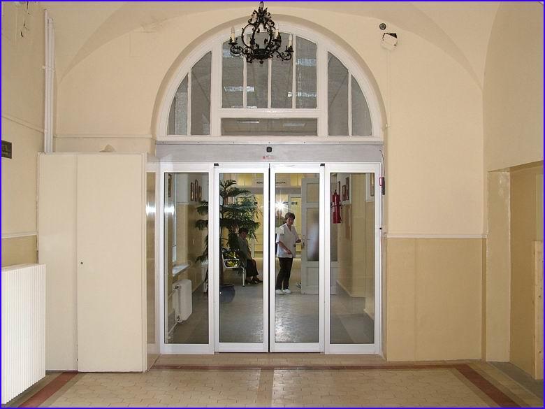 Automata ajtó referencia - SOTE 1-es számú belgyógyászati klinika földszint, főbejárat felől