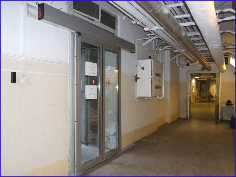 Automata ajtó referencia - SOTE 1-es számú belgyógyászati klinika alagsori mentőbejárat