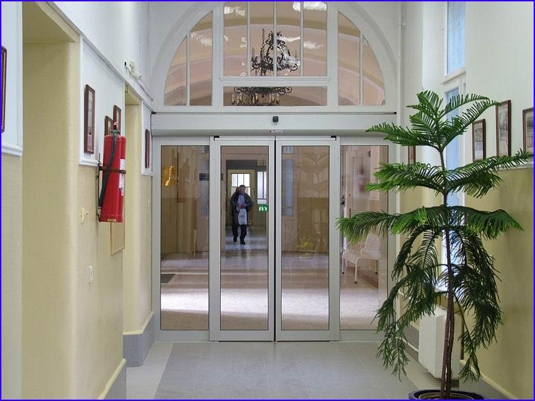 Automata ajtó referencia - SOTE 1-es számú belgyógyászati klinika folyosó felől zárt helyzetben