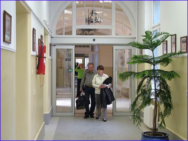 Automata ajtó referencia - SOTE 1-es számú belgyógyászati klinika folyosó felől áthaladáskor