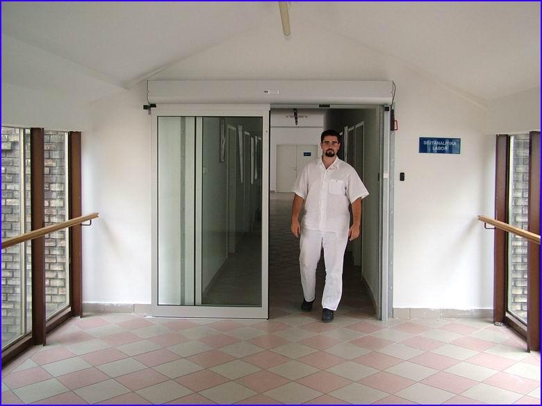 Automata ajtó referencia - SOTE 2-es számú Belgyógyászati Klinika - nyitott helyzetben