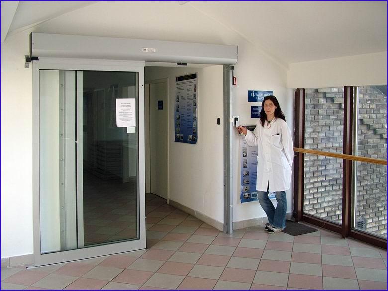 Automata ajtó referencia - SOTE 2-es számú Belgyógyászati Klinika - nyitás kártyás beléptetővel
