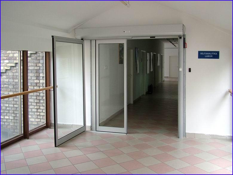 Automata ajtó referencia - SOTE 2-es számú Belgyógyászati Klinika - mozgó ajtószárny kinyitott helyzetben