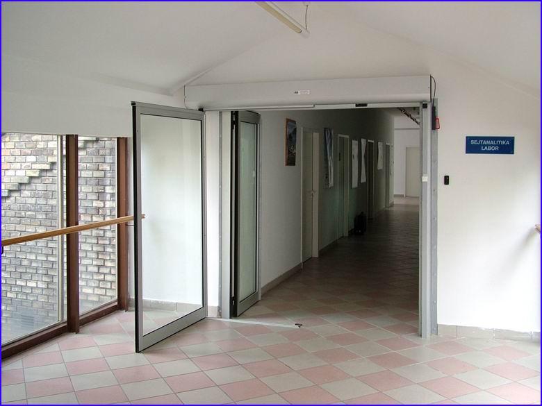 Automata ajtó referencia - SOTE 2-es számú Belgyógyászati Klinika - mozgó és fix ajtószárny kinyitott helyzetben